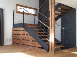 moderne Treppe mit Stahlgeländer