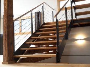 schöne Treppe mit Holzstufen
