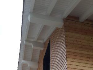Holzfassade und weisses Vordach am Haus