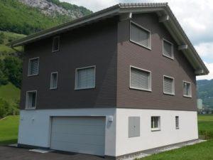 Einfamilienhaus mit Eternitfassade grau