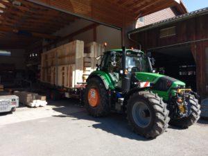Holzelemente Transport mit Traktor