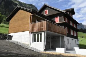 Holzfassade mit Balkon